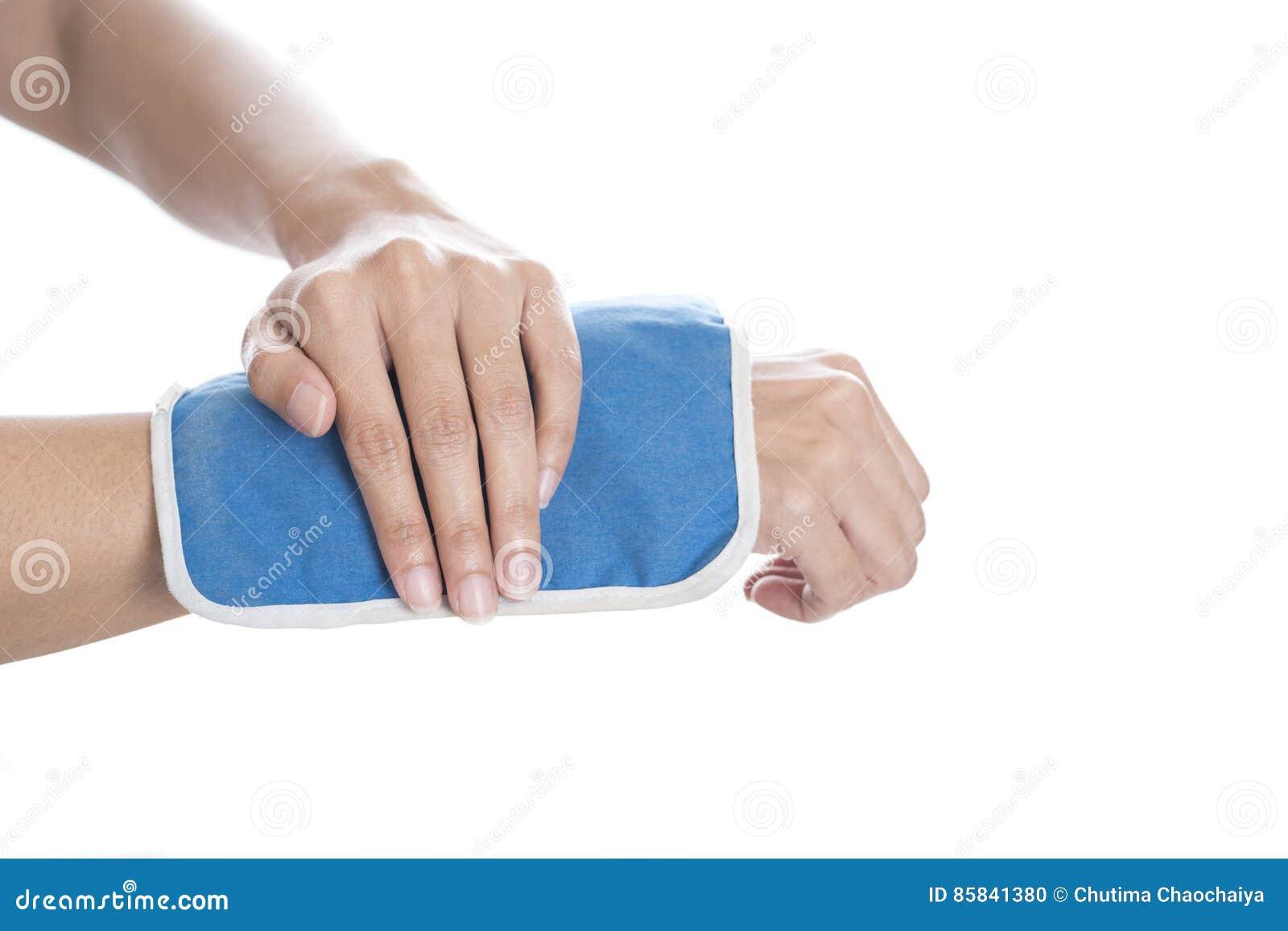Chłodno gel paczka na nabrzmiałym kaleczenie nadgarstku