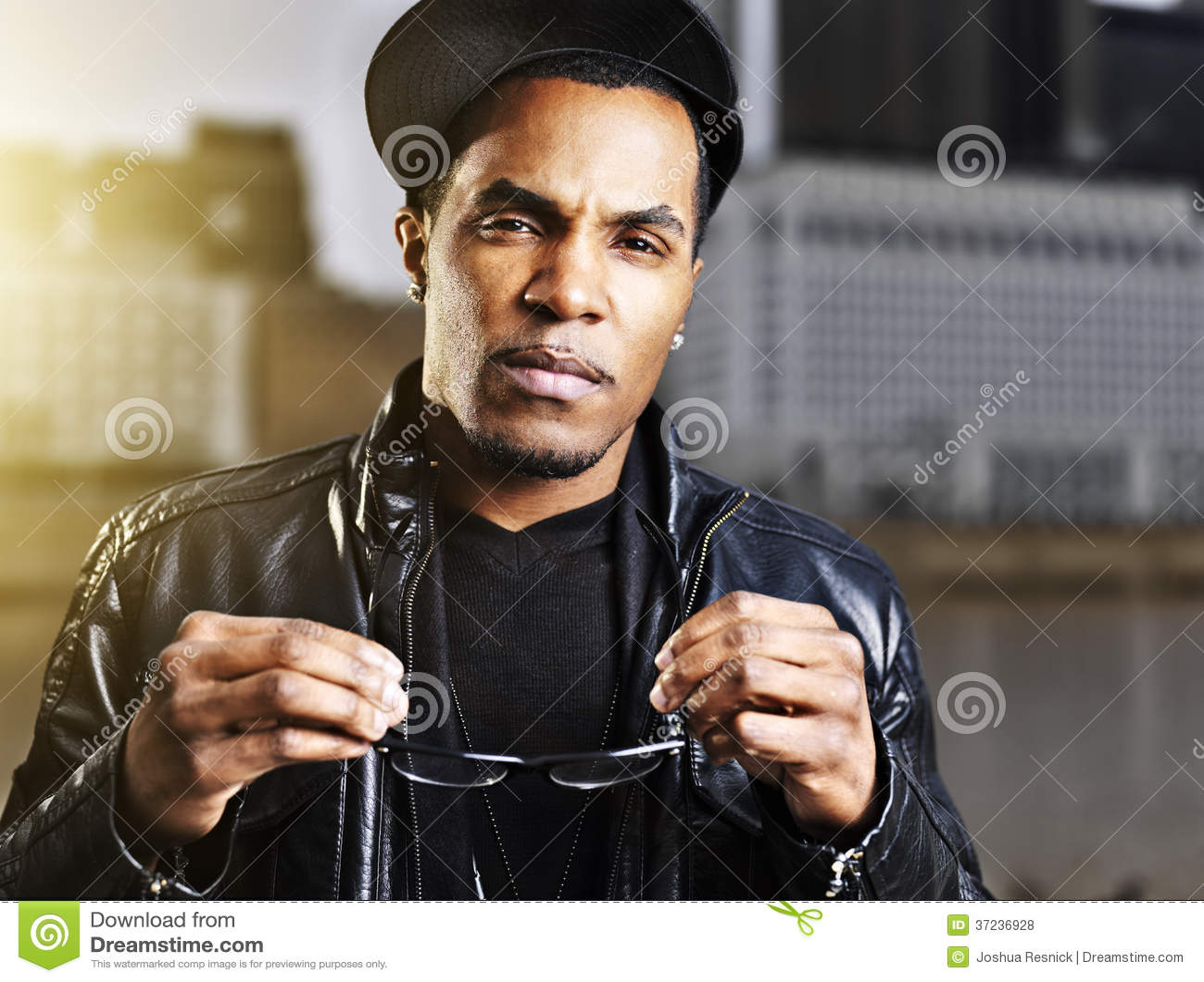 Chłodno miastowy amerykanina afrykańskiego pochodzenia mężczyzna pozować