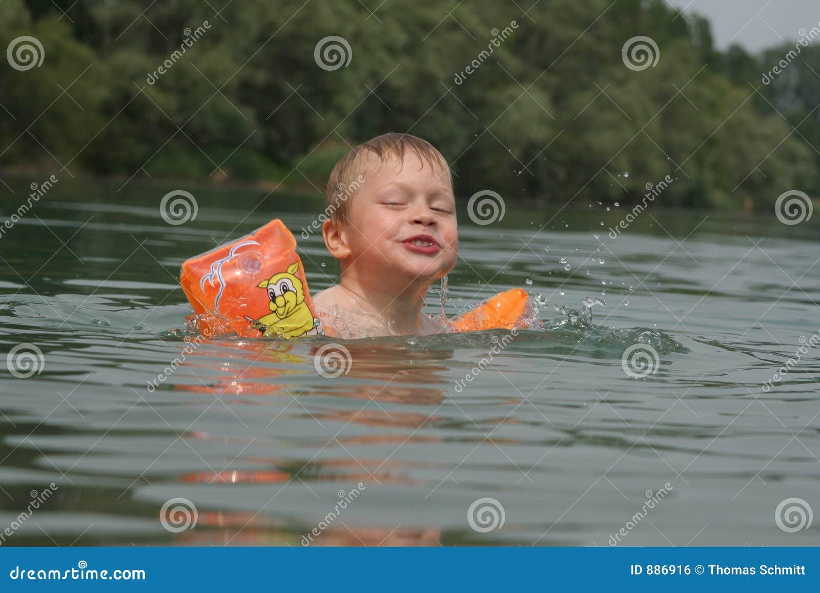Chłopak pływa