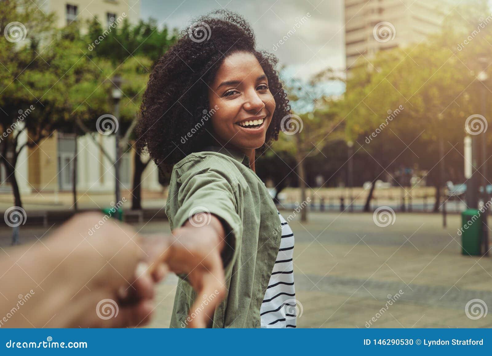 Chłopak podąża jego szczęśliwej dziewczyny w mieście