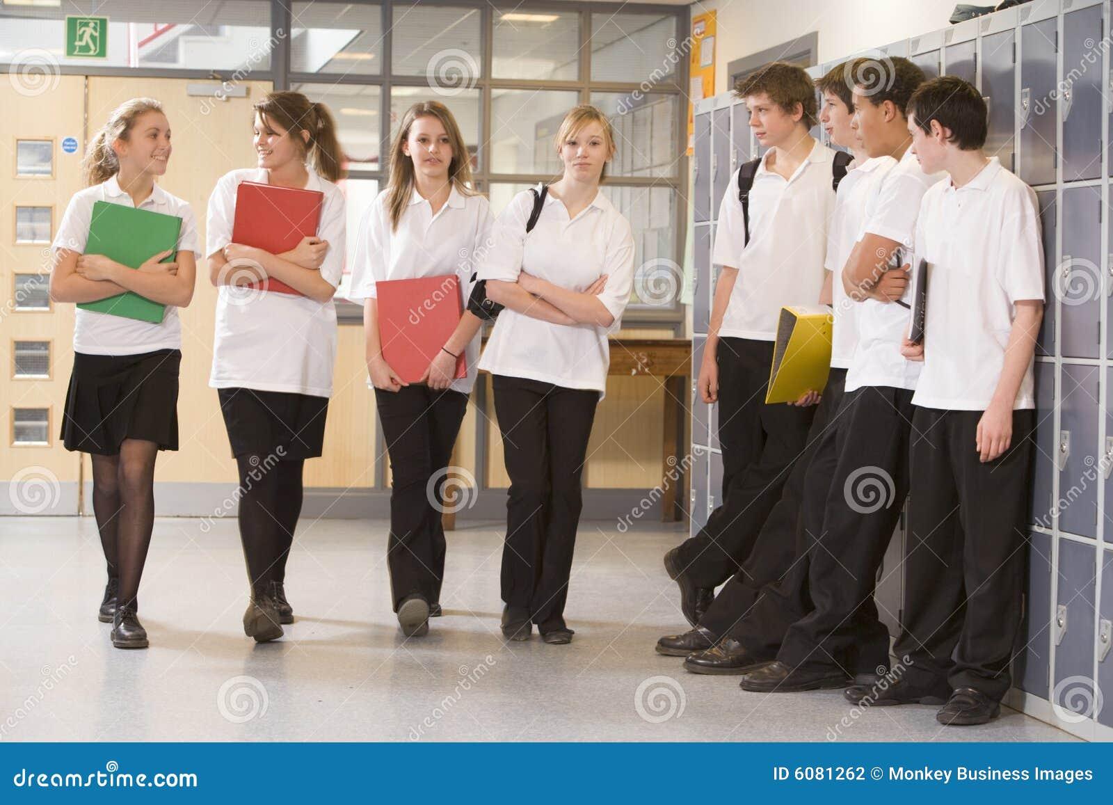 Chłopak w dół korytarza spacer dziewczyn patrzy nastolatków.
