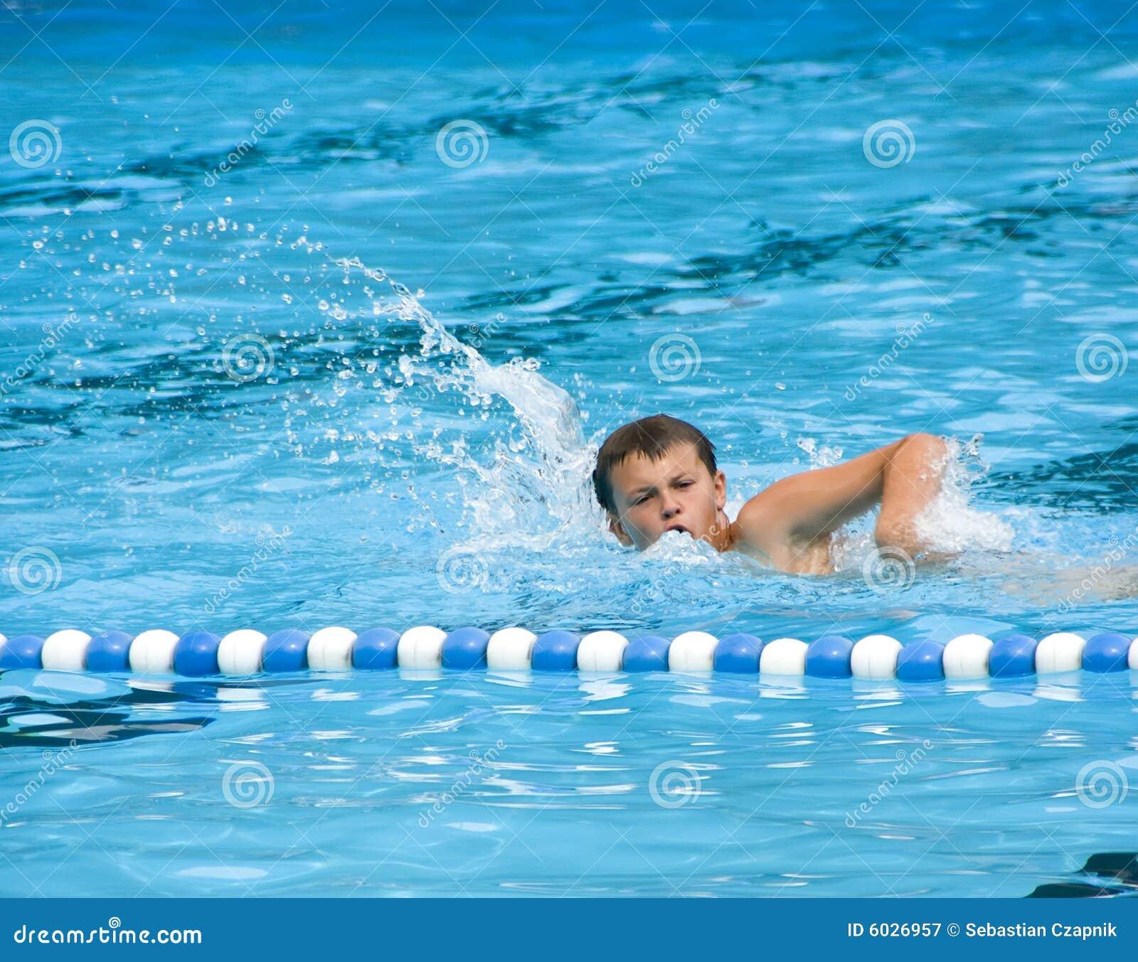 Chłopcy basen opływa