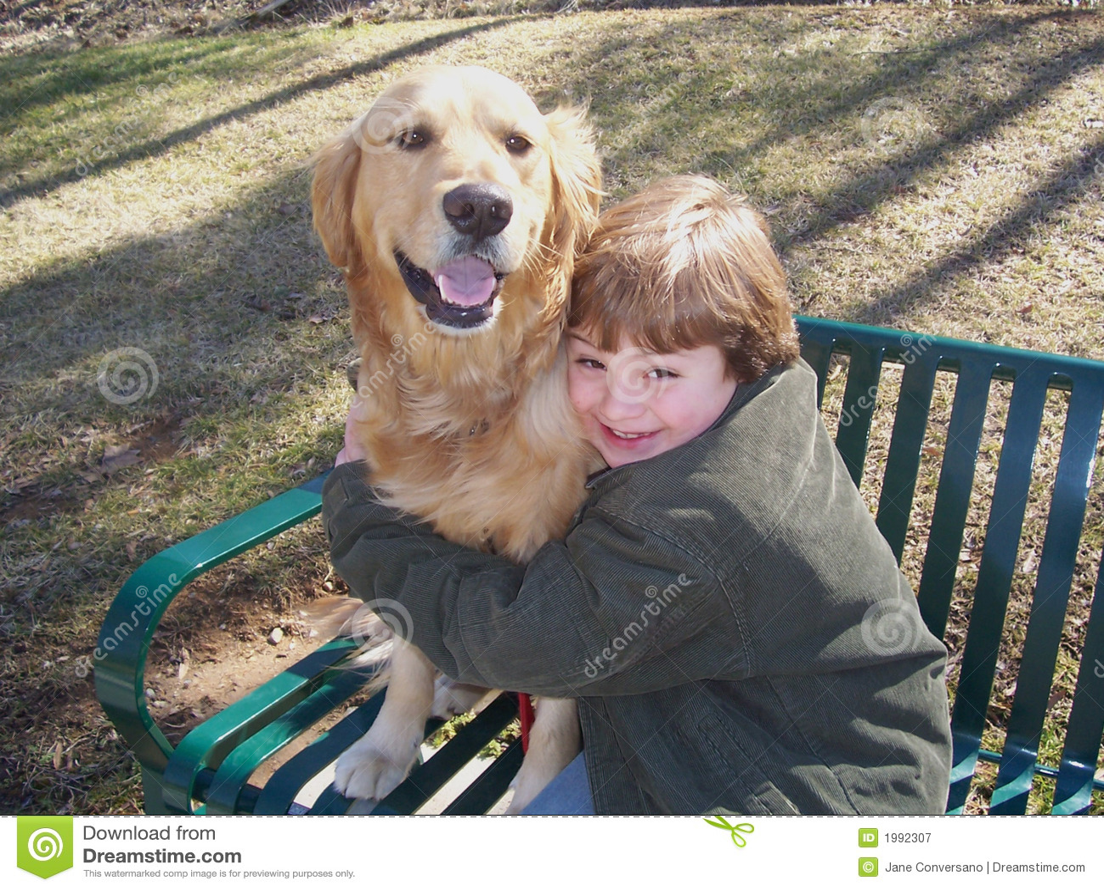 Chłopcy kanap pies