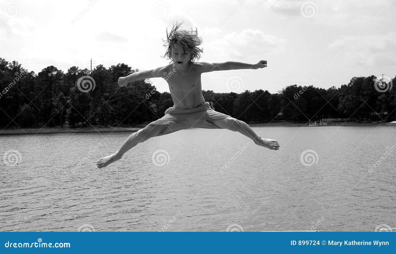 Chłopcy nad wodą