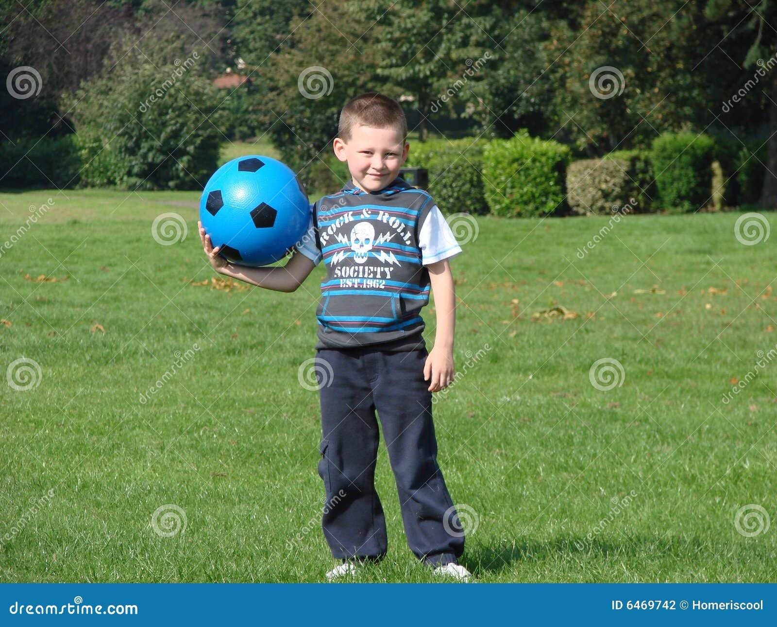 Chłopcy piłkę