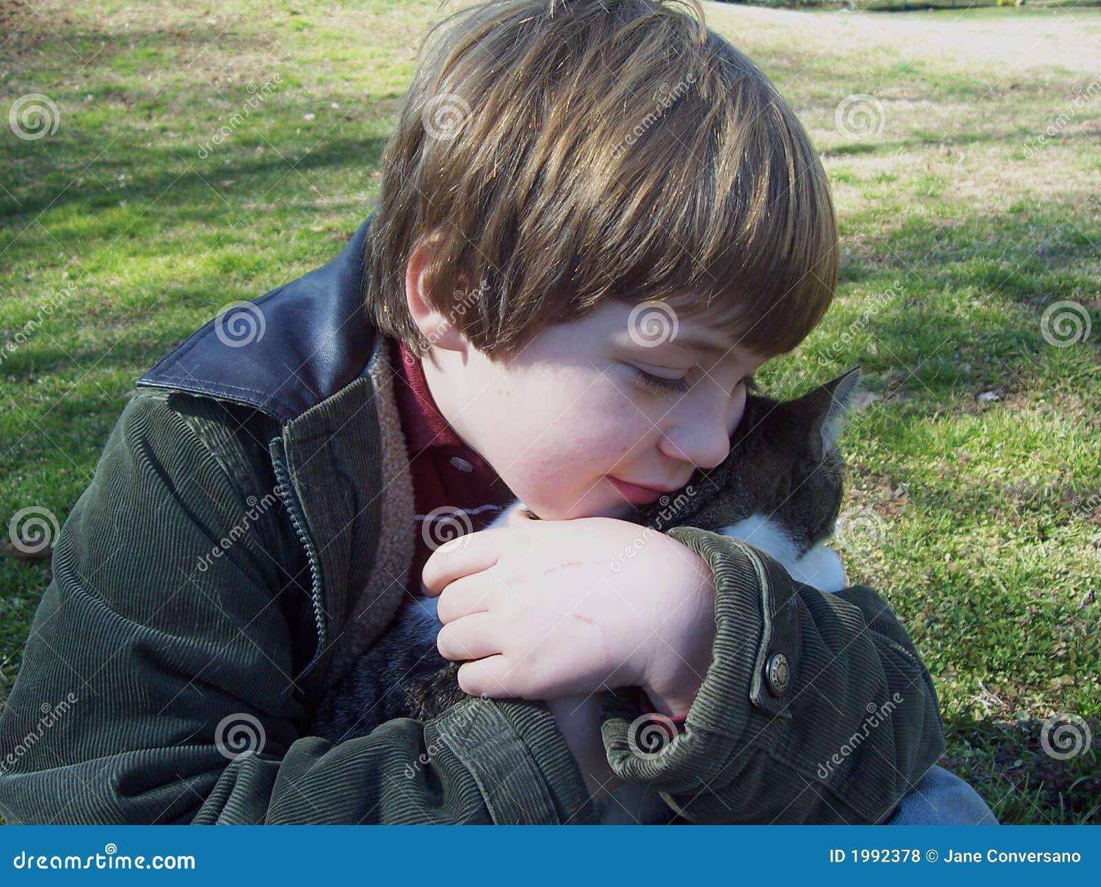 Chłopcy szara przytulenia kotku