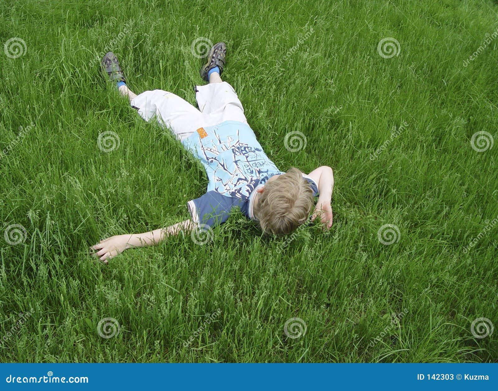 Chłopcy trawa zieleni