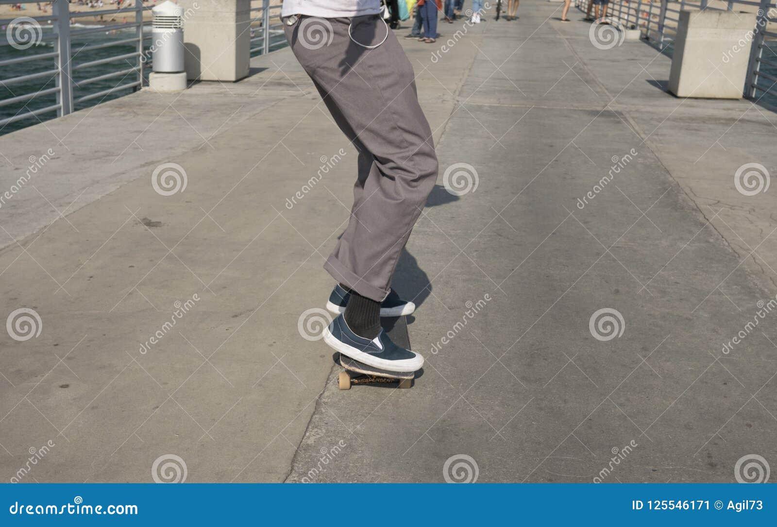 Chłopiec łyżwiarka Jeździć na łyżwach na molu