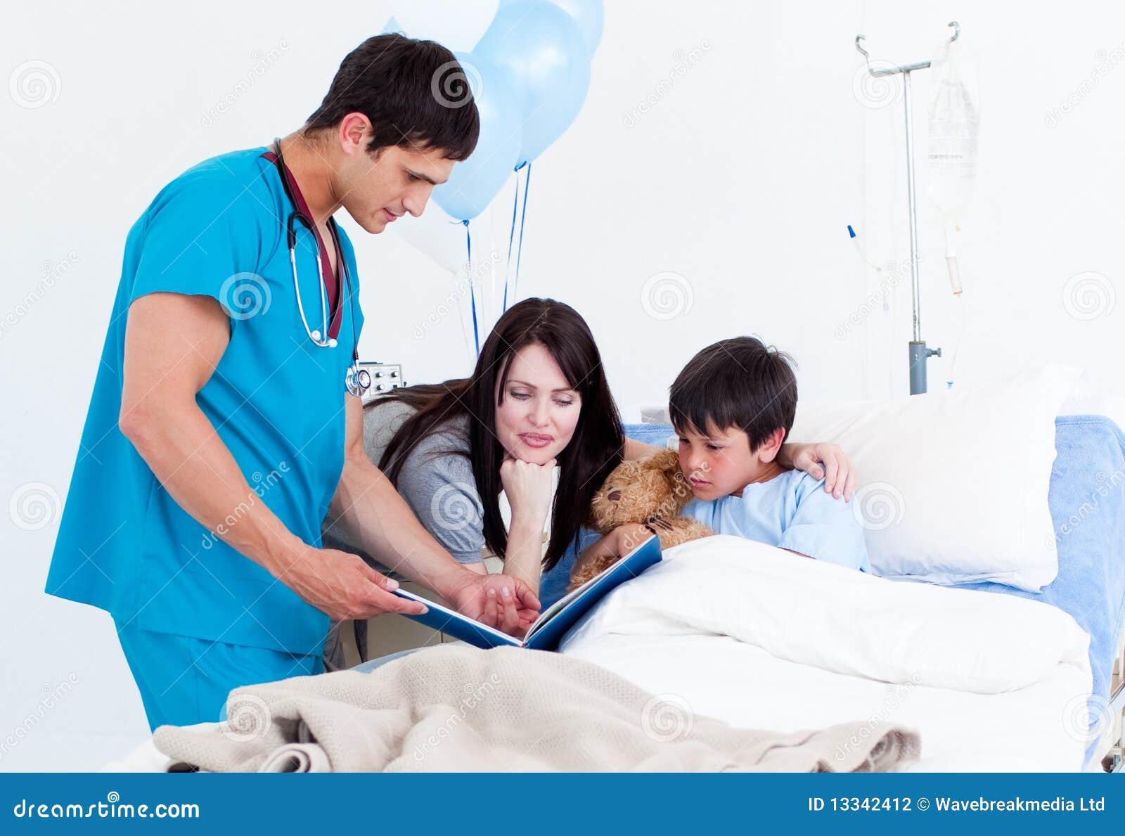 Chłopiec baczna lekarka jego mała matka
