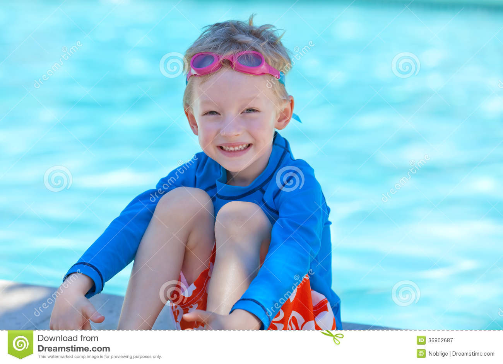 Chłopiec basenem