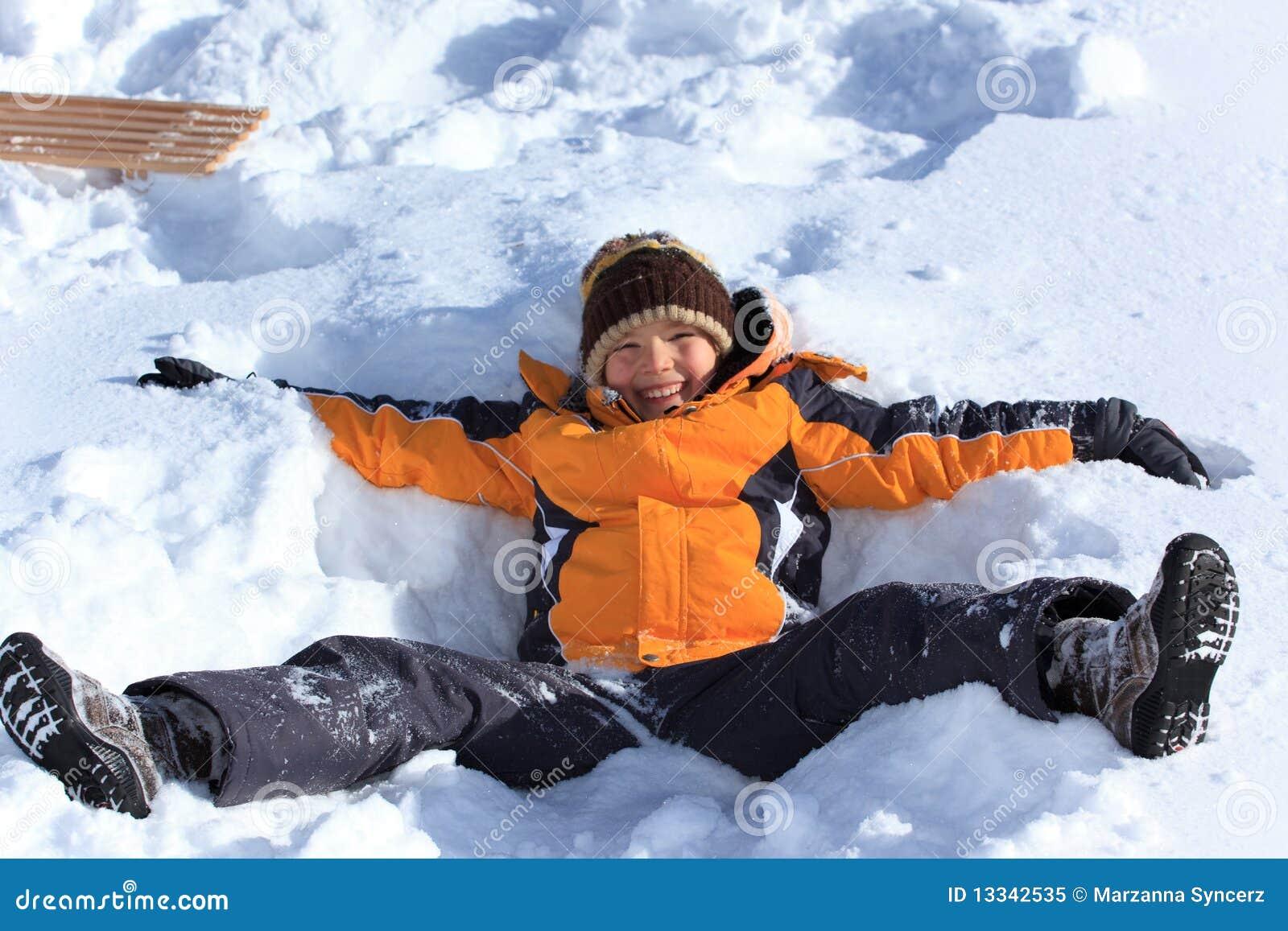 Chłopiec bawić się śnieg