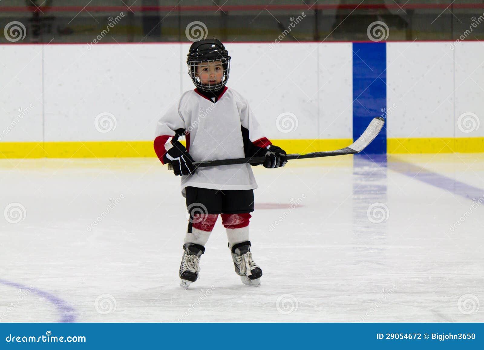 Chłopiec bawić się lodowego hokeja