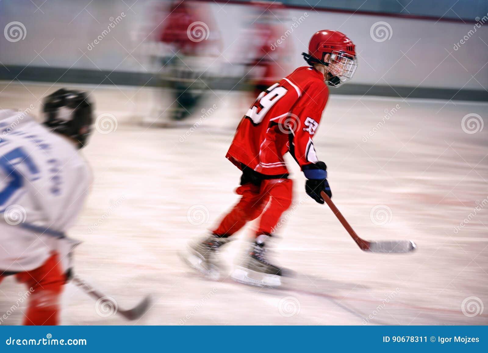 Chłopiec bawić się lodowego hokeja na lodowisku