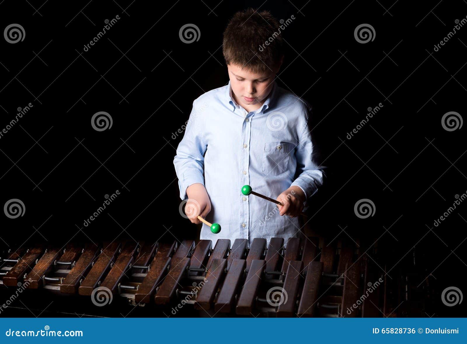 Chłopiec bawić się na ksylofonie
