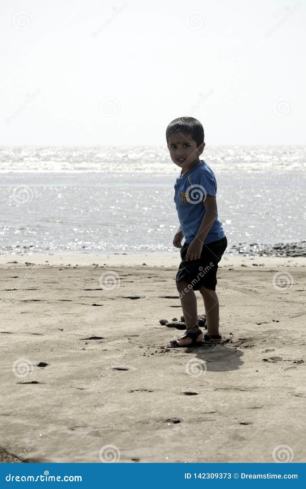 Chłopiec bawić się na plażowym piasku