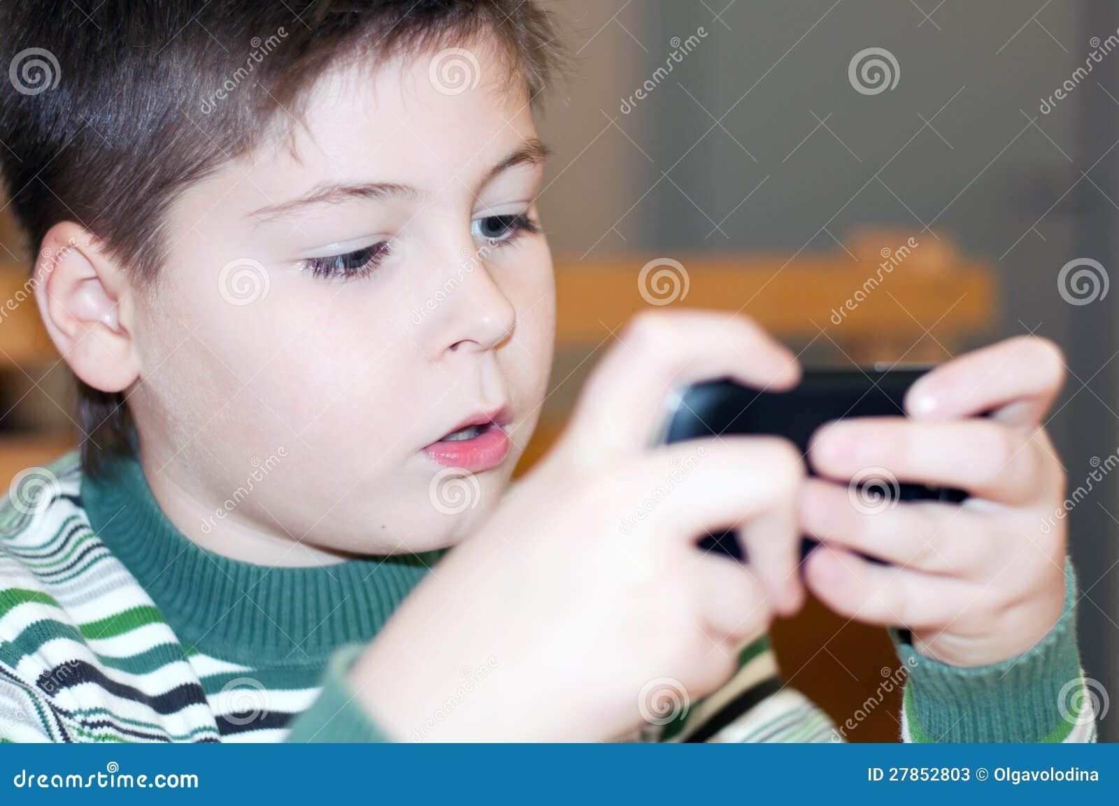 Chłopiec bawić się na telefon komórkowy