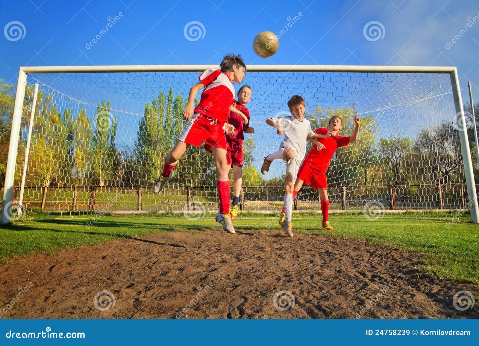 Chłopiec bawić się piłkę nożną