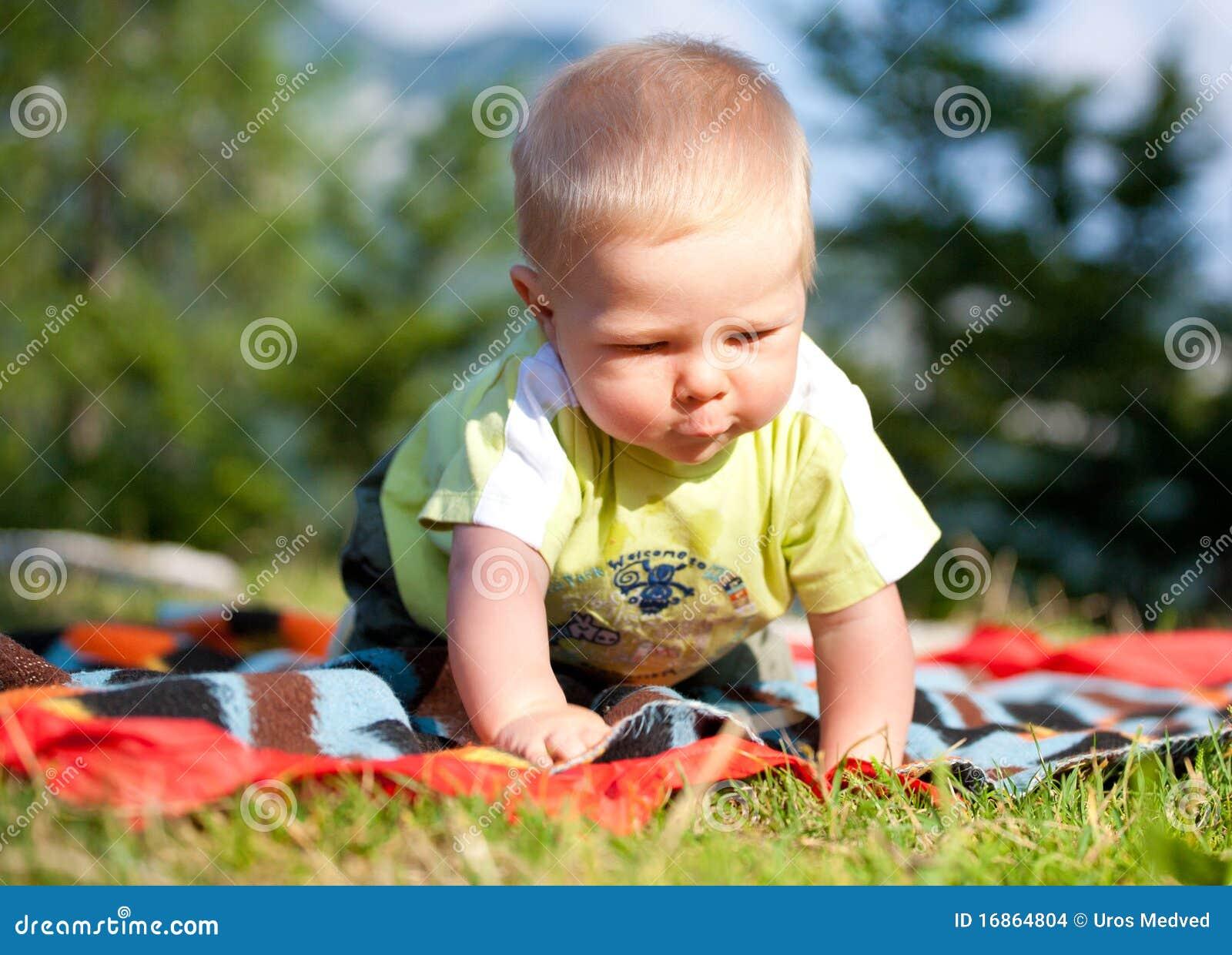 Chłopiec bawić się plenerowy