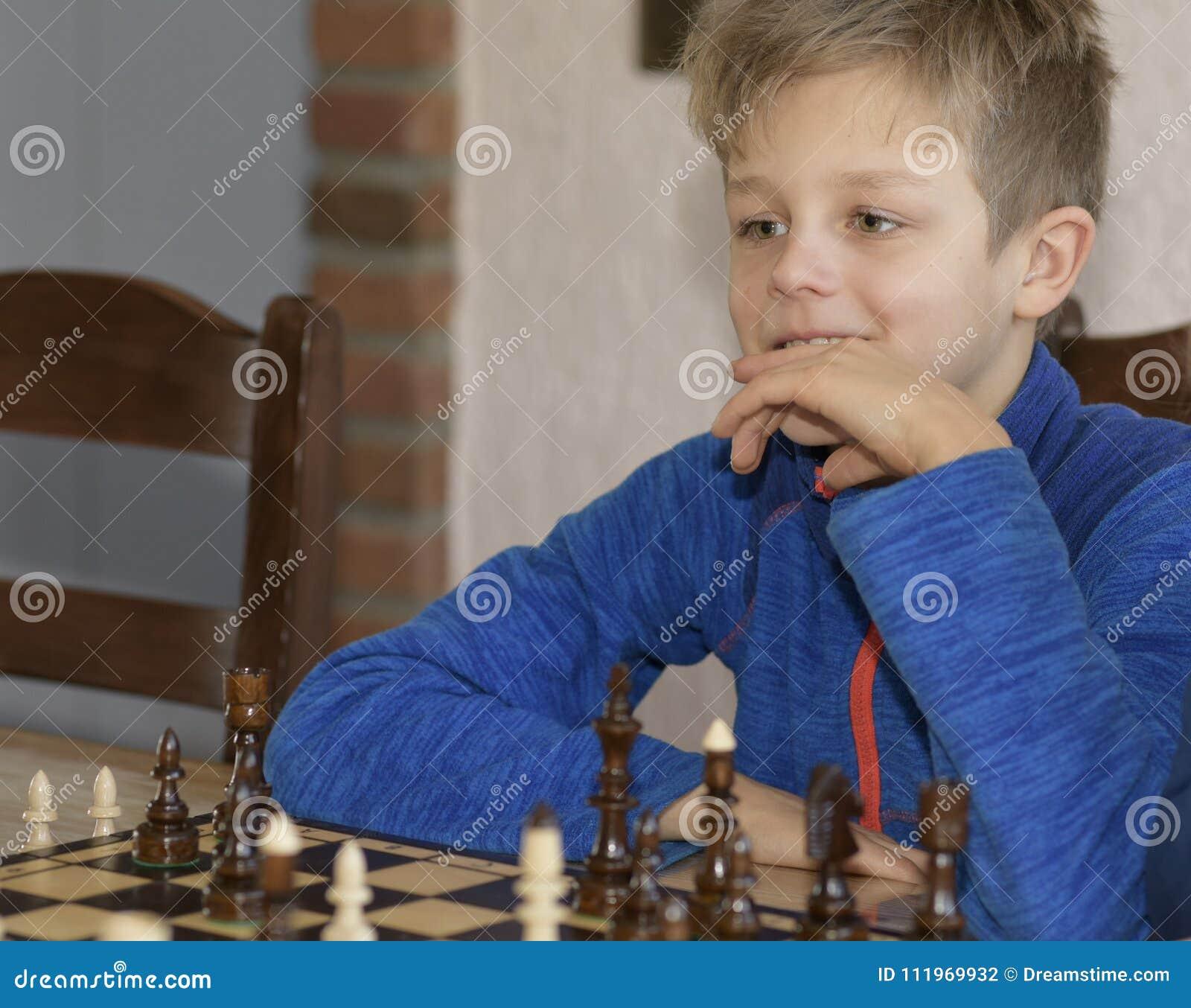 Chłopiec bawić się szachy