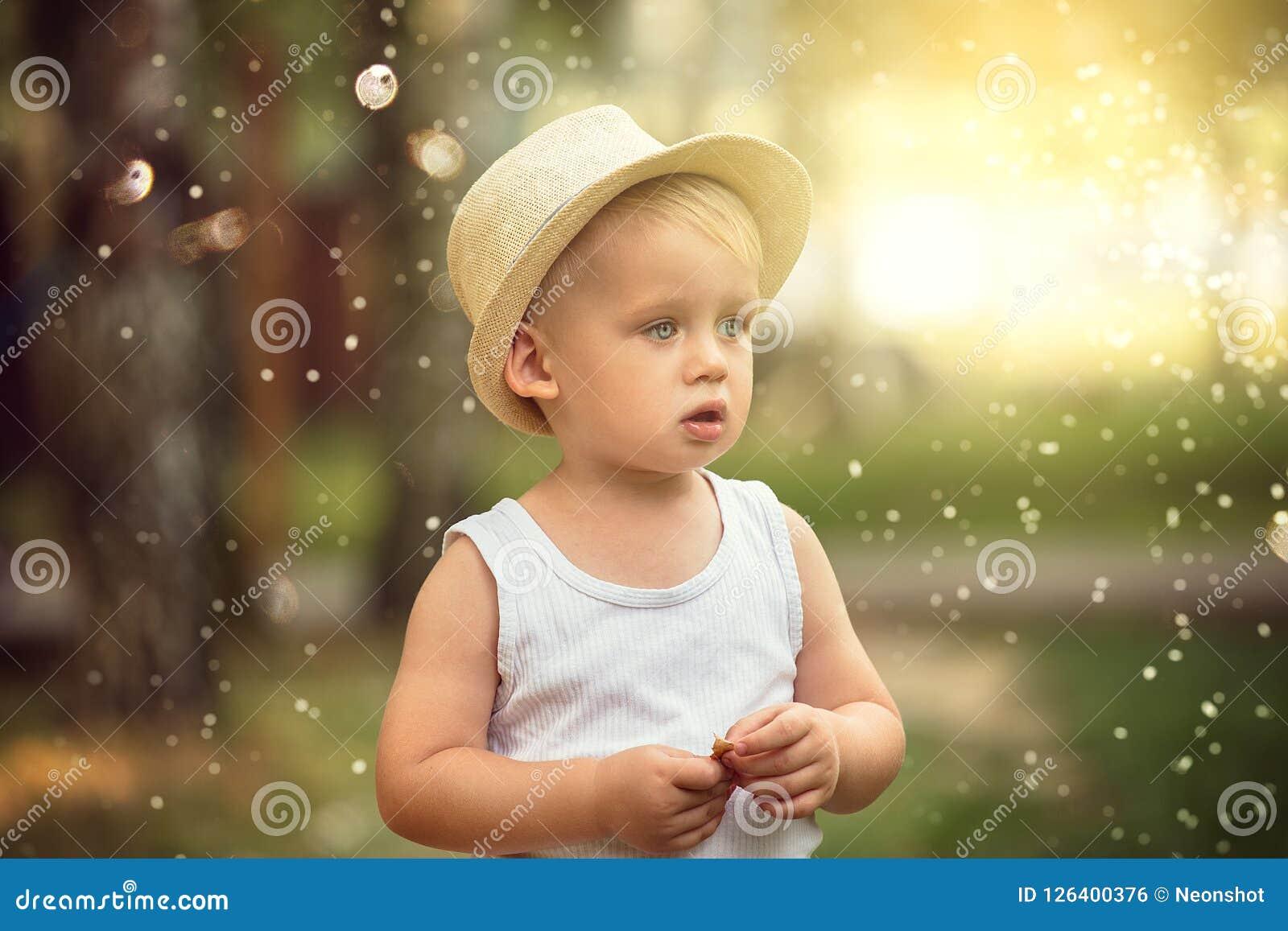 Chłopiec bawić się w parku