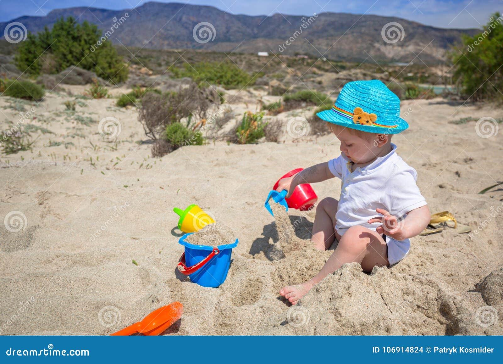 Chłopiec bawić się w piasku na wakacjach