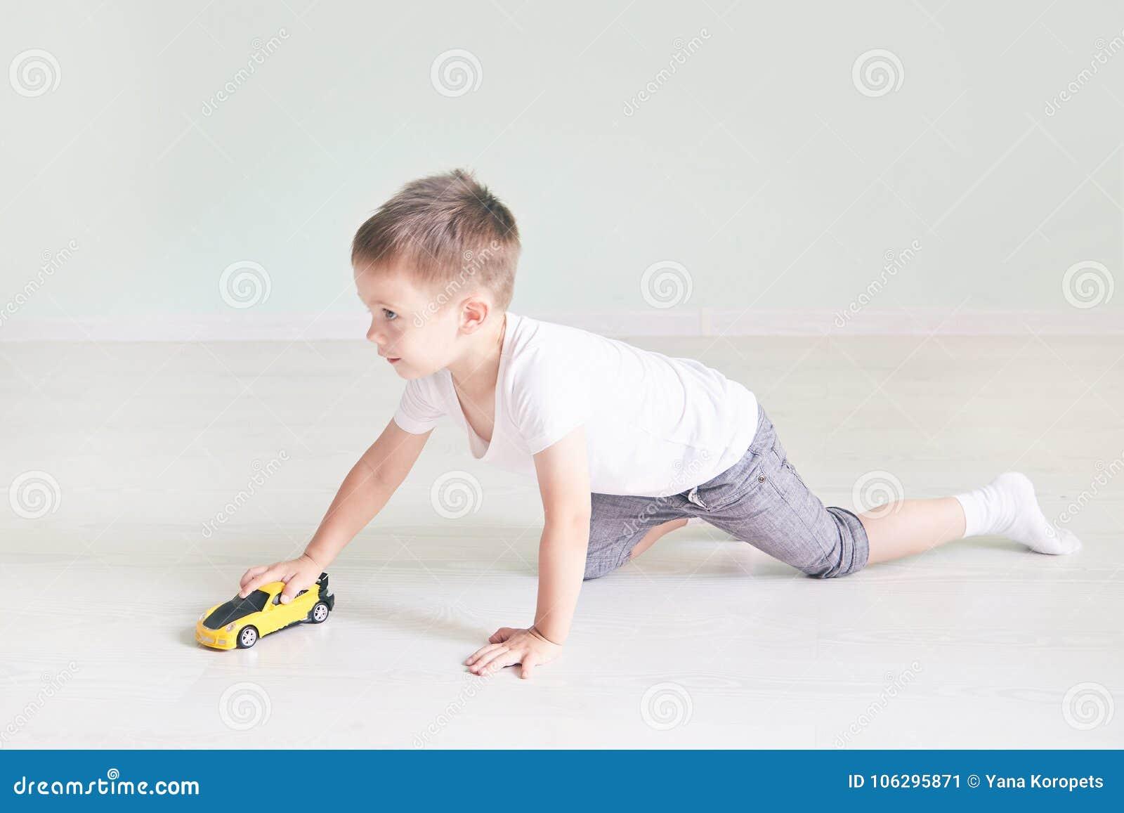 Chłopiec bawić się z samochodowym pilotem