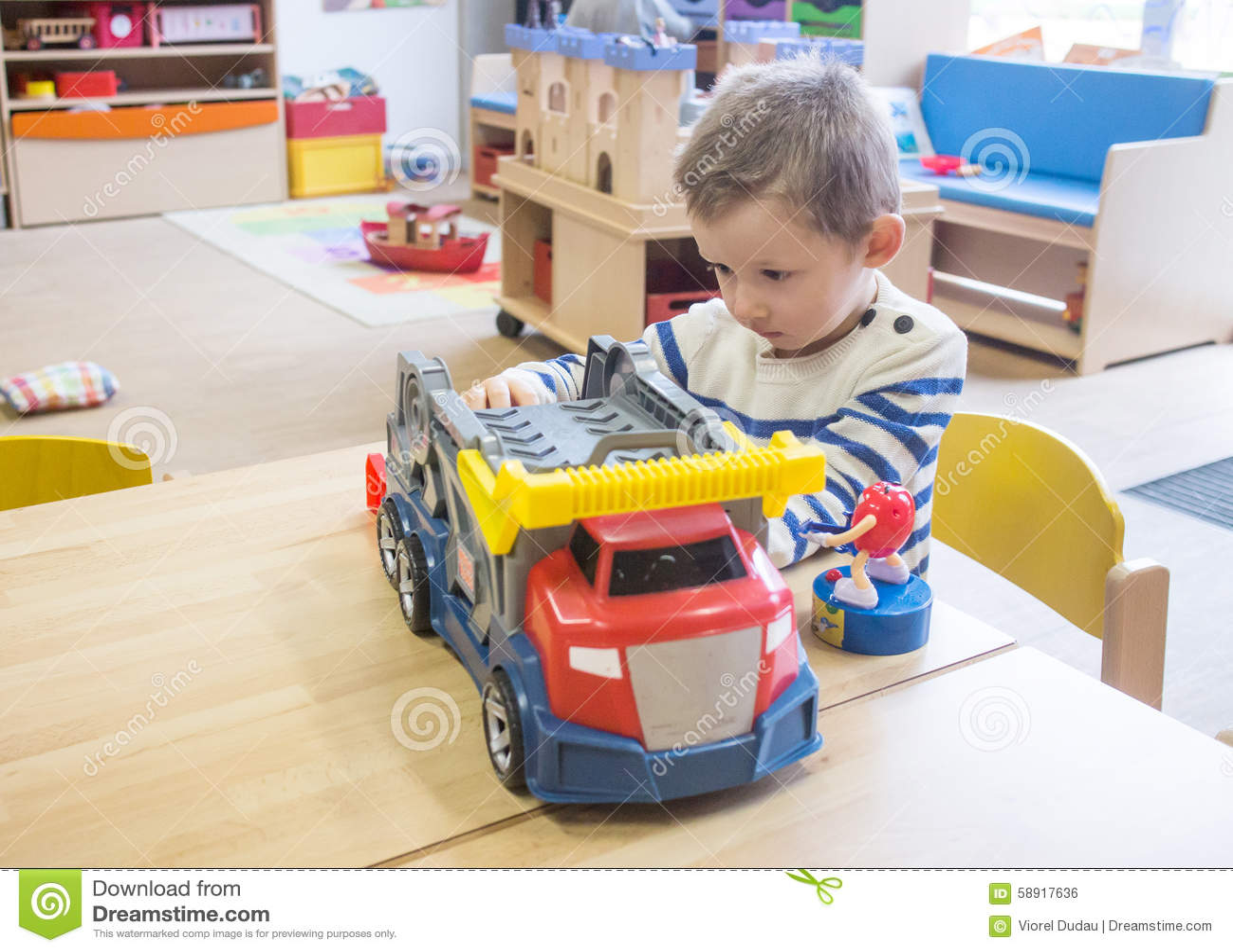 Chłopiec bawić się z zabawkami w dziecinu