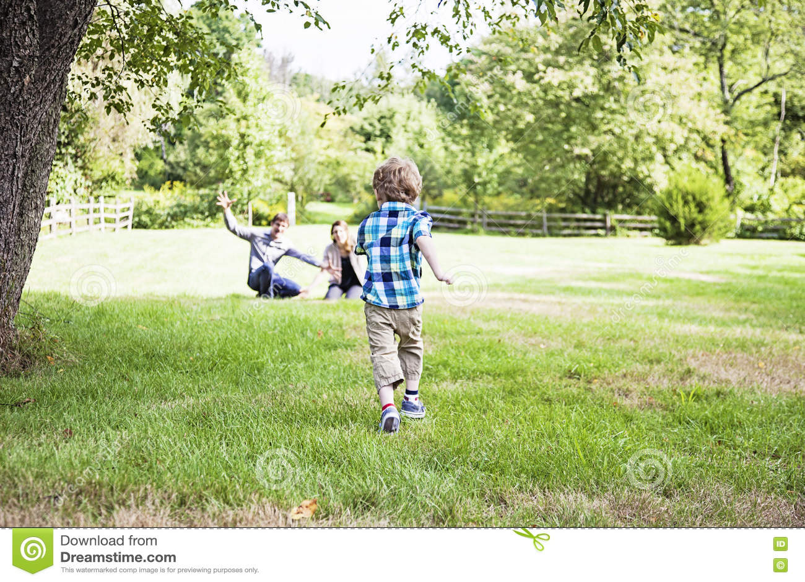 Chłopiec bieg rodzice