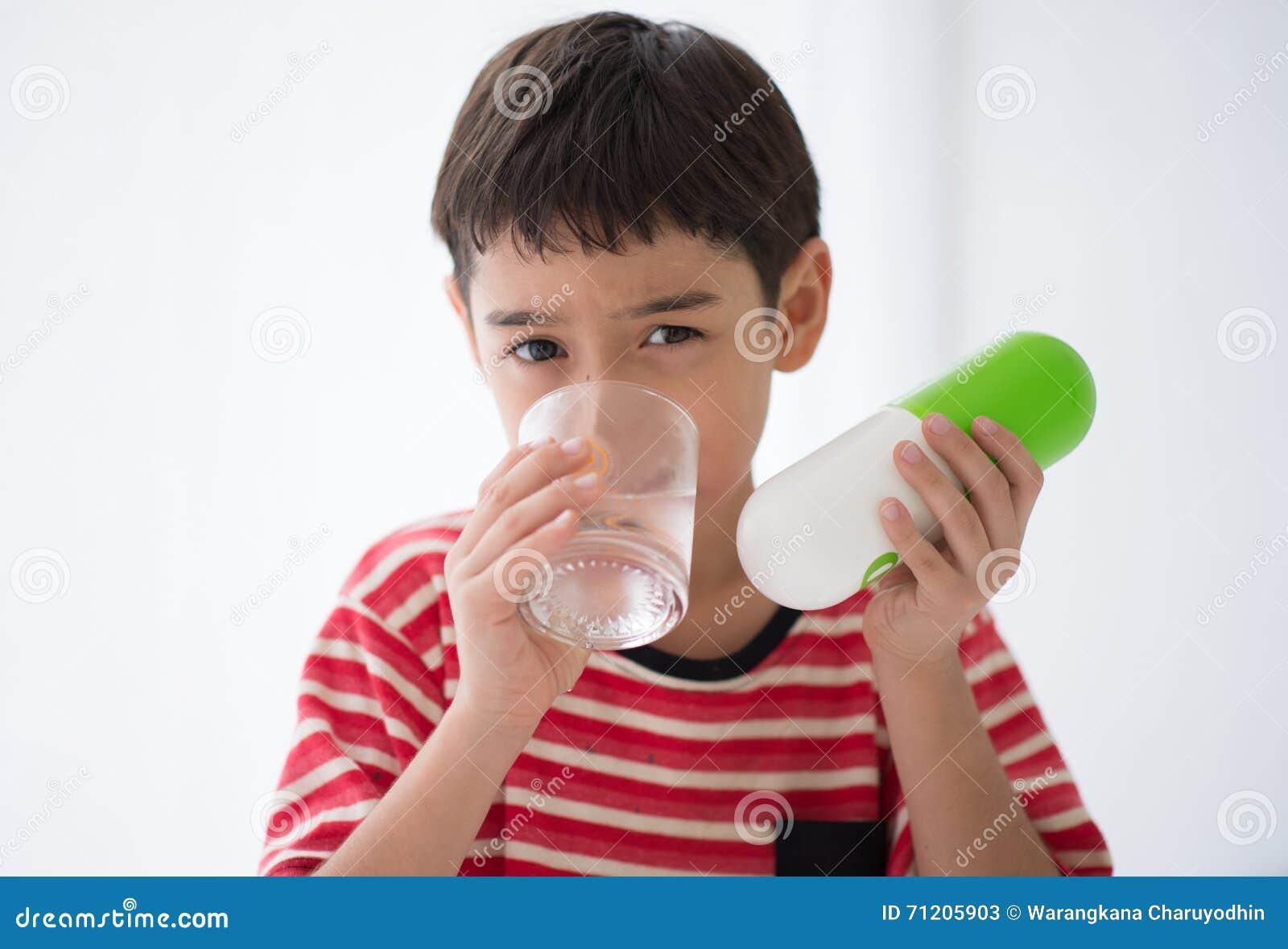 Chłopiec bierze medycyna leka