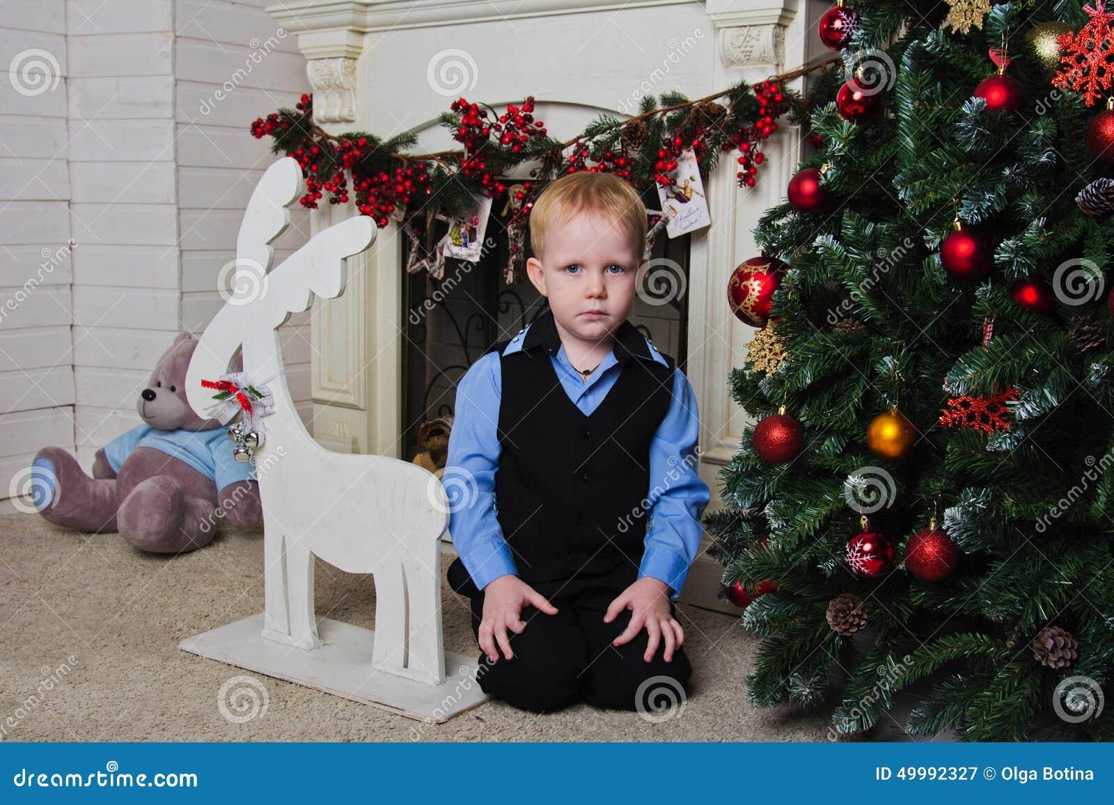 Chłopiec blisko graby