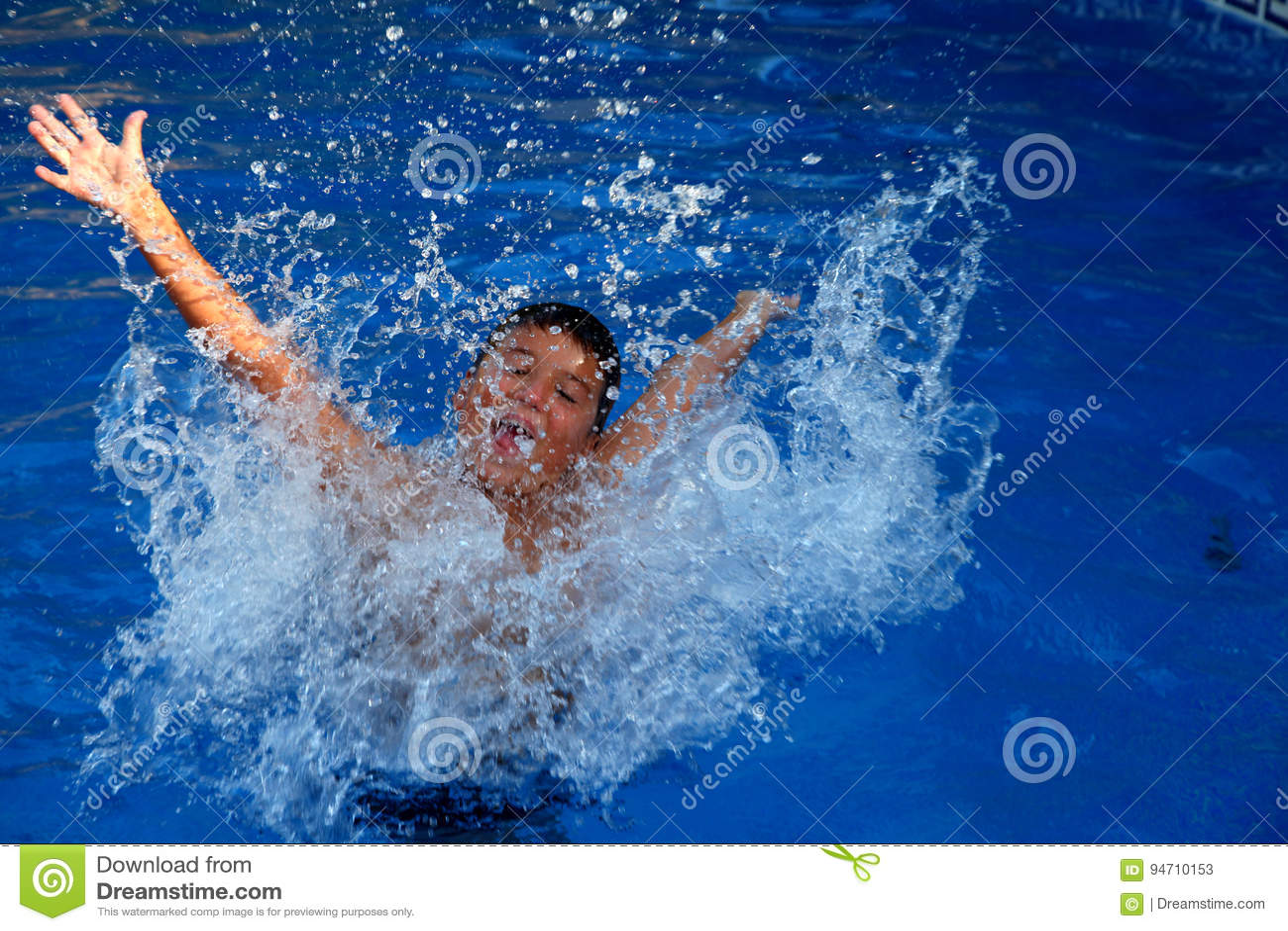 Chłopiec bryzga w pływackim basenie