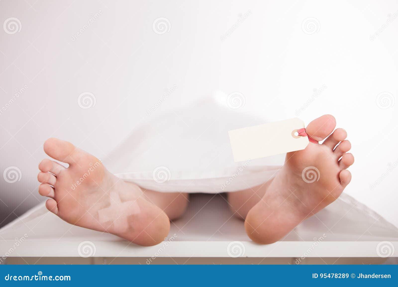 Chłopiec ciało lub zwłoki na przedpogrzebowej cegiełce