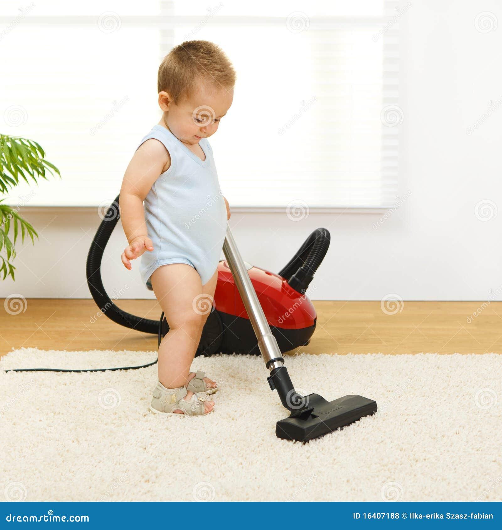 Chłopiec cleaner próżnia