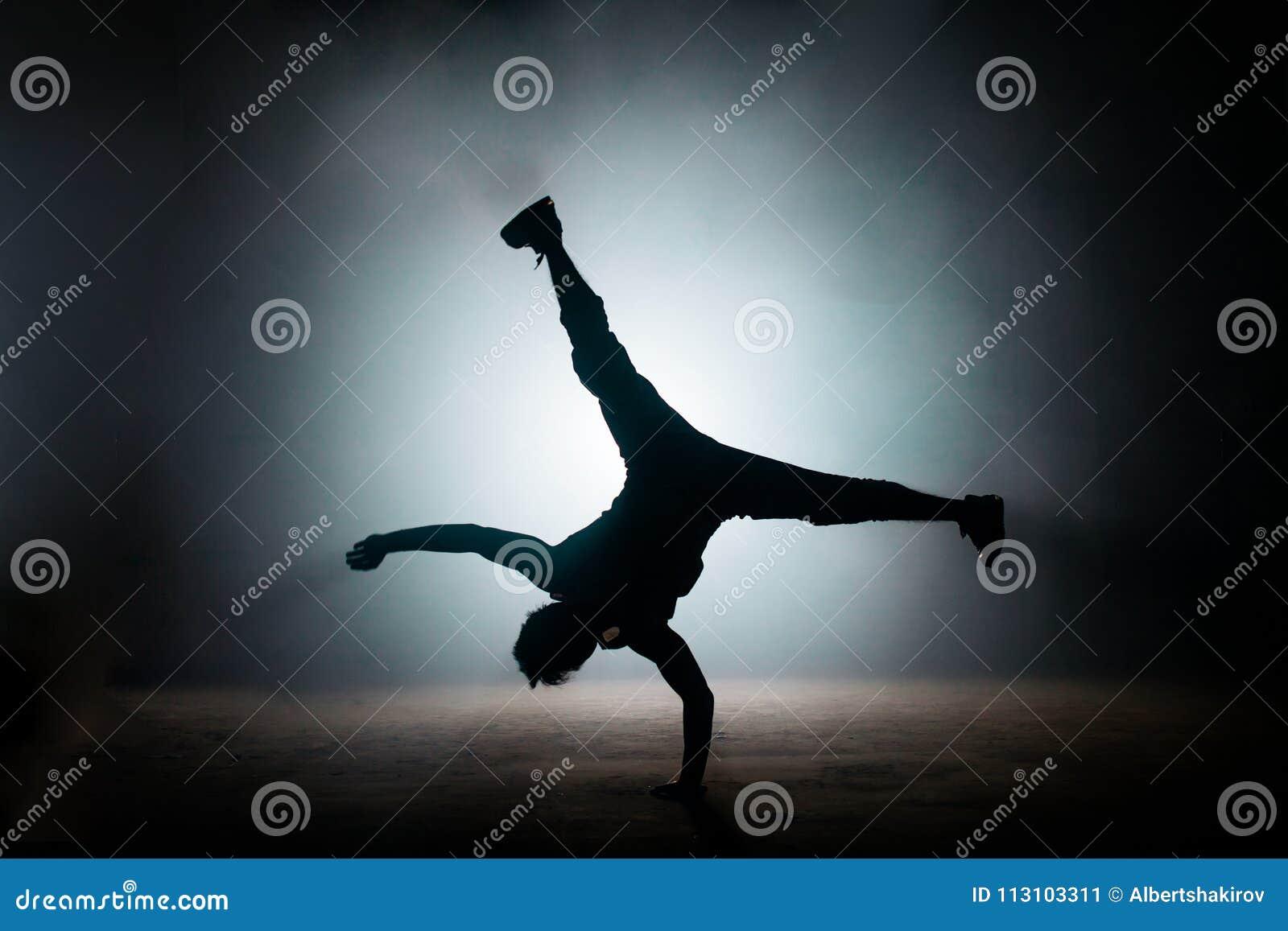 Chłopiec demonstruje kopnięcie na podłoga