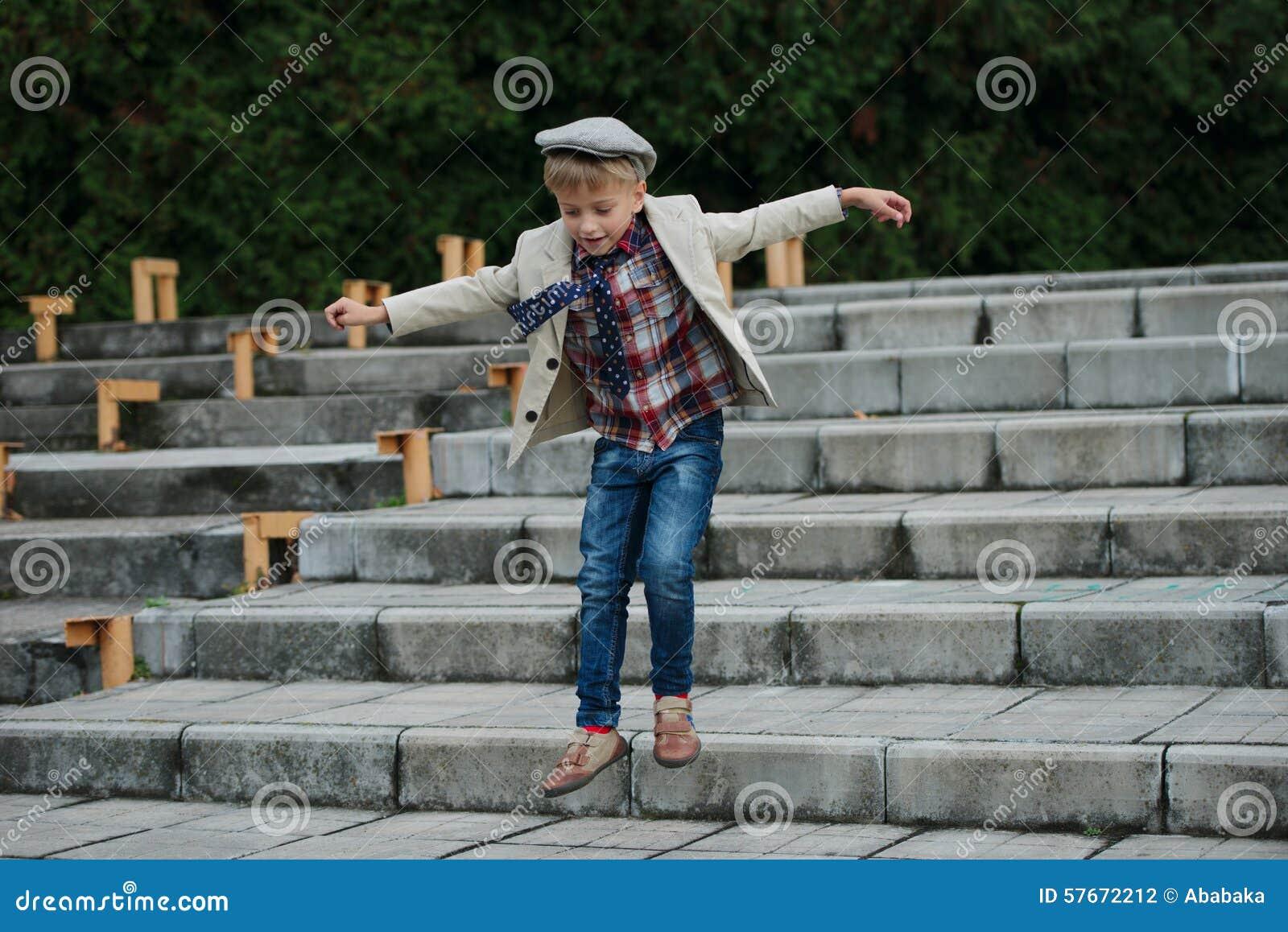 Chłopiec doskakiwanie na schodkach