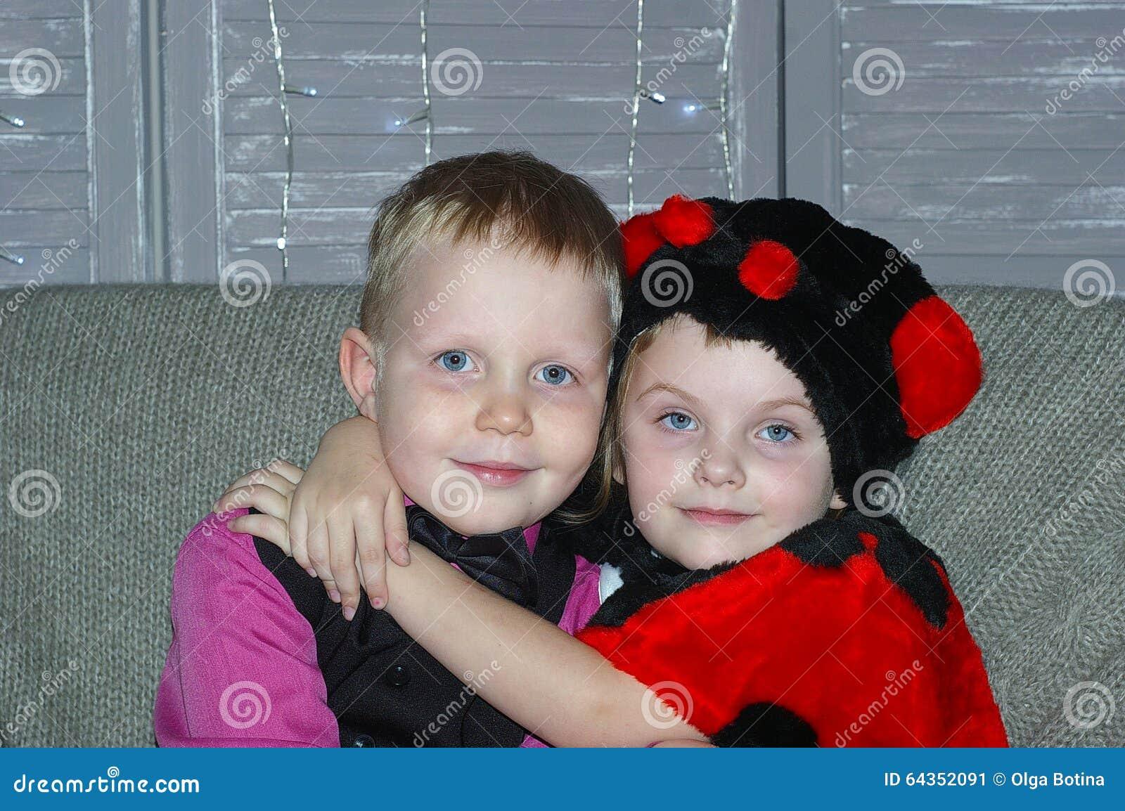 Chłopiec dziewczyny przytulenie