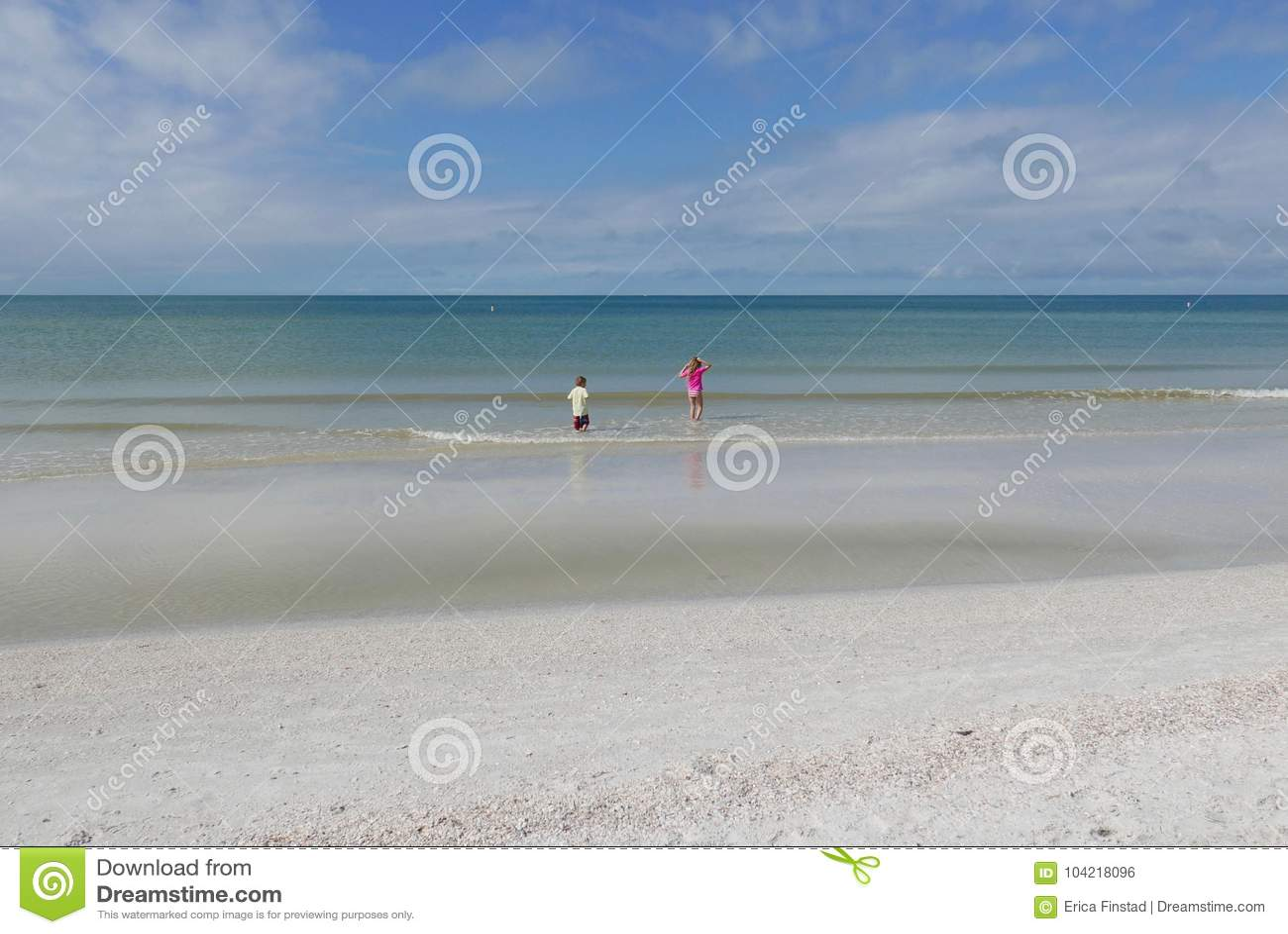 Chłopiec i dziewczyna bawić się w wodzie przy St Pete plażą, Floryda, usa