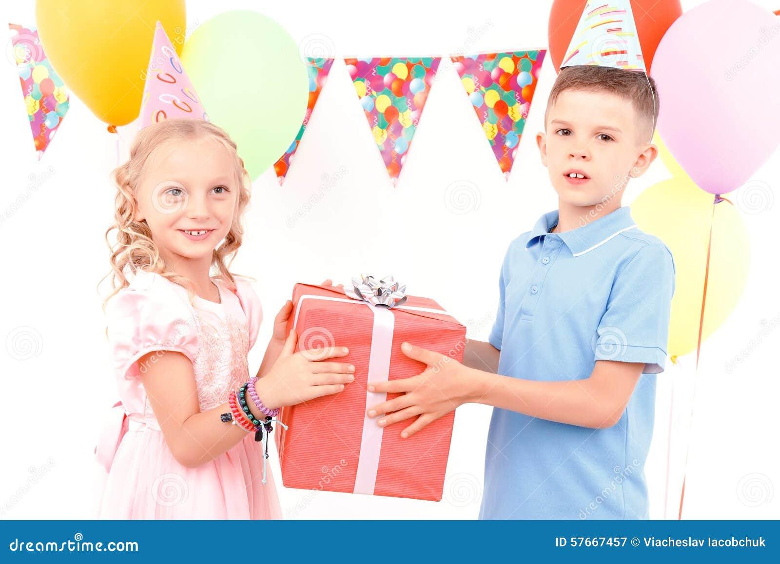 Chłopiec i dziewczyna daje teraźniejszości each inny