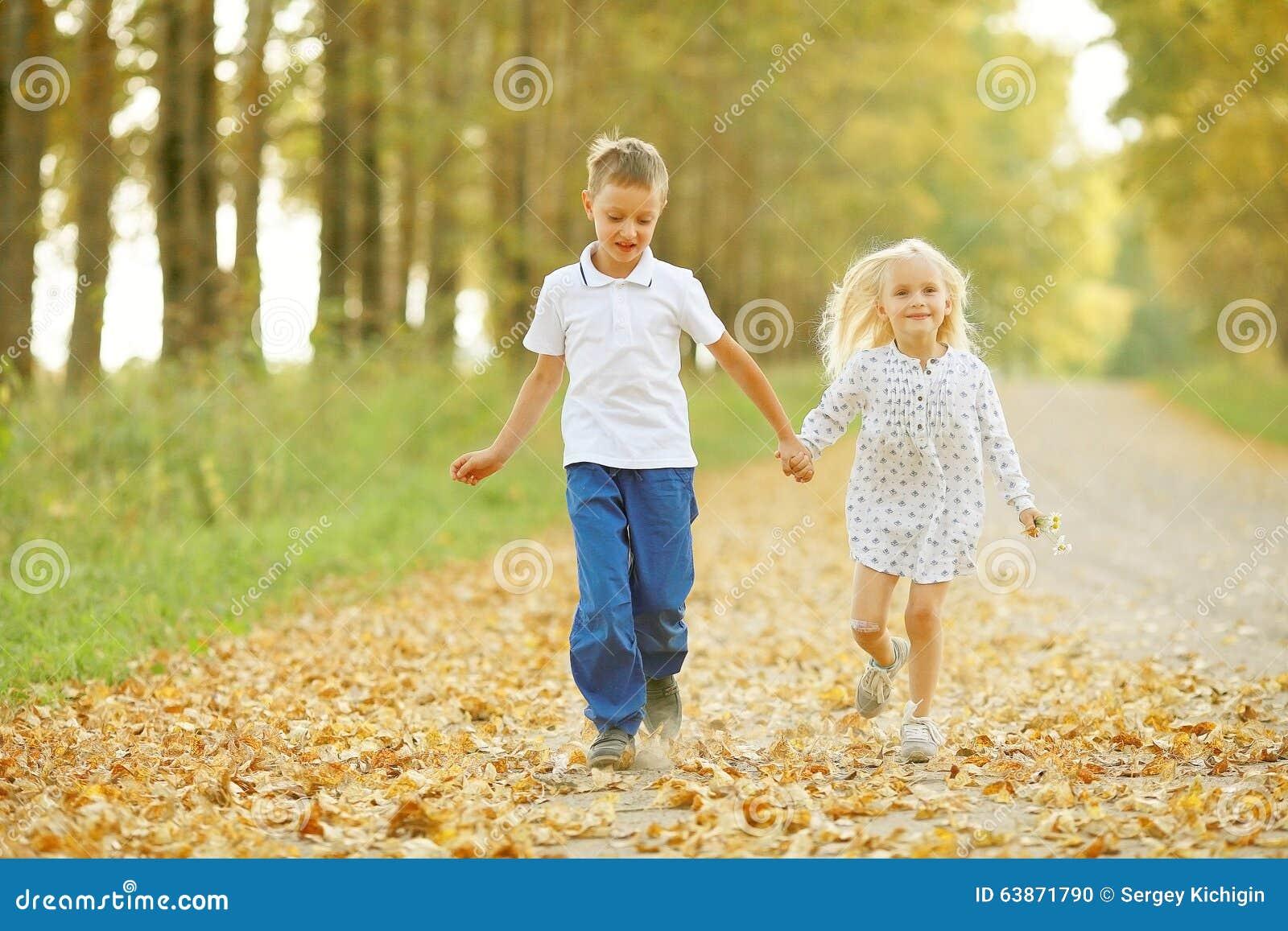 Chłopiec i dziewczyna iść ręka w rękę