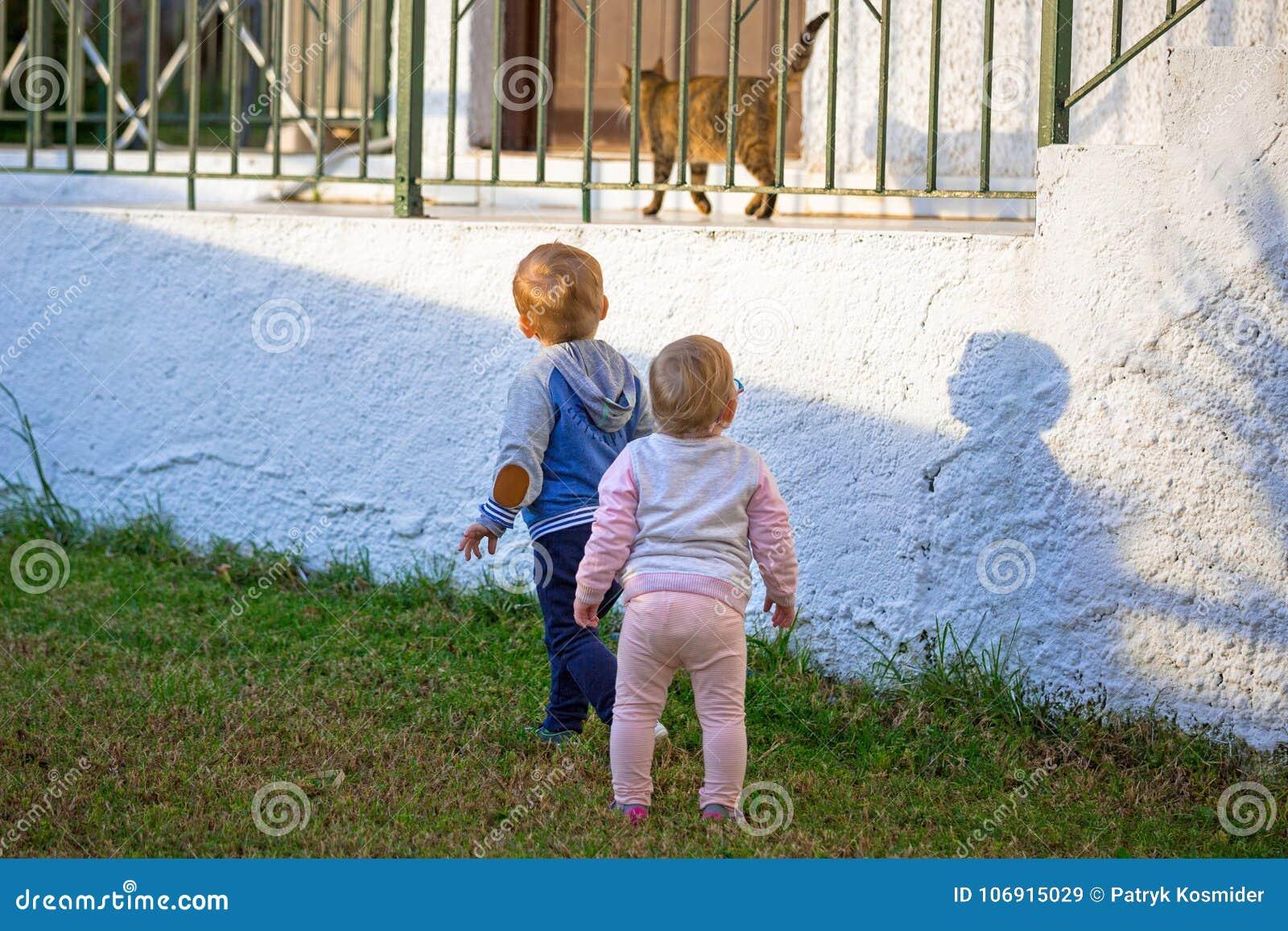 Chłopiec i dziewczyny bliźniacy