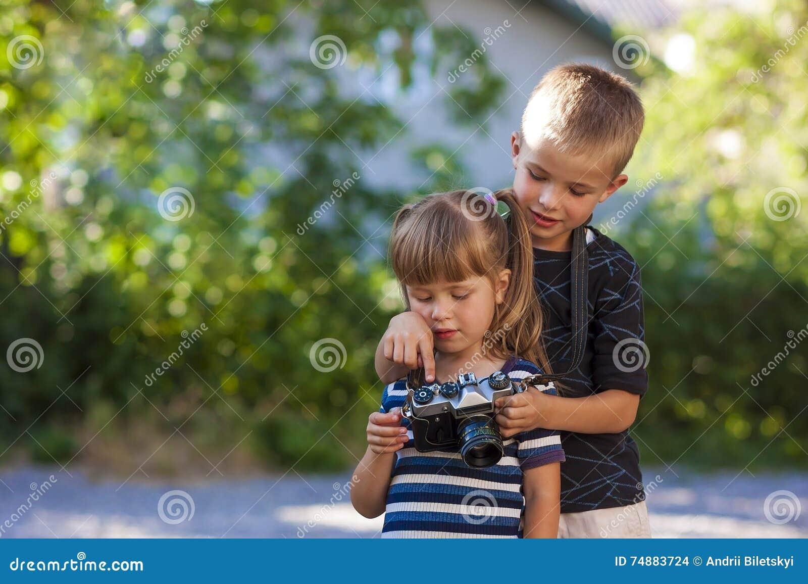 Chłopiec i dziewczyny uczenie dlaczego używać fotografii kamerę