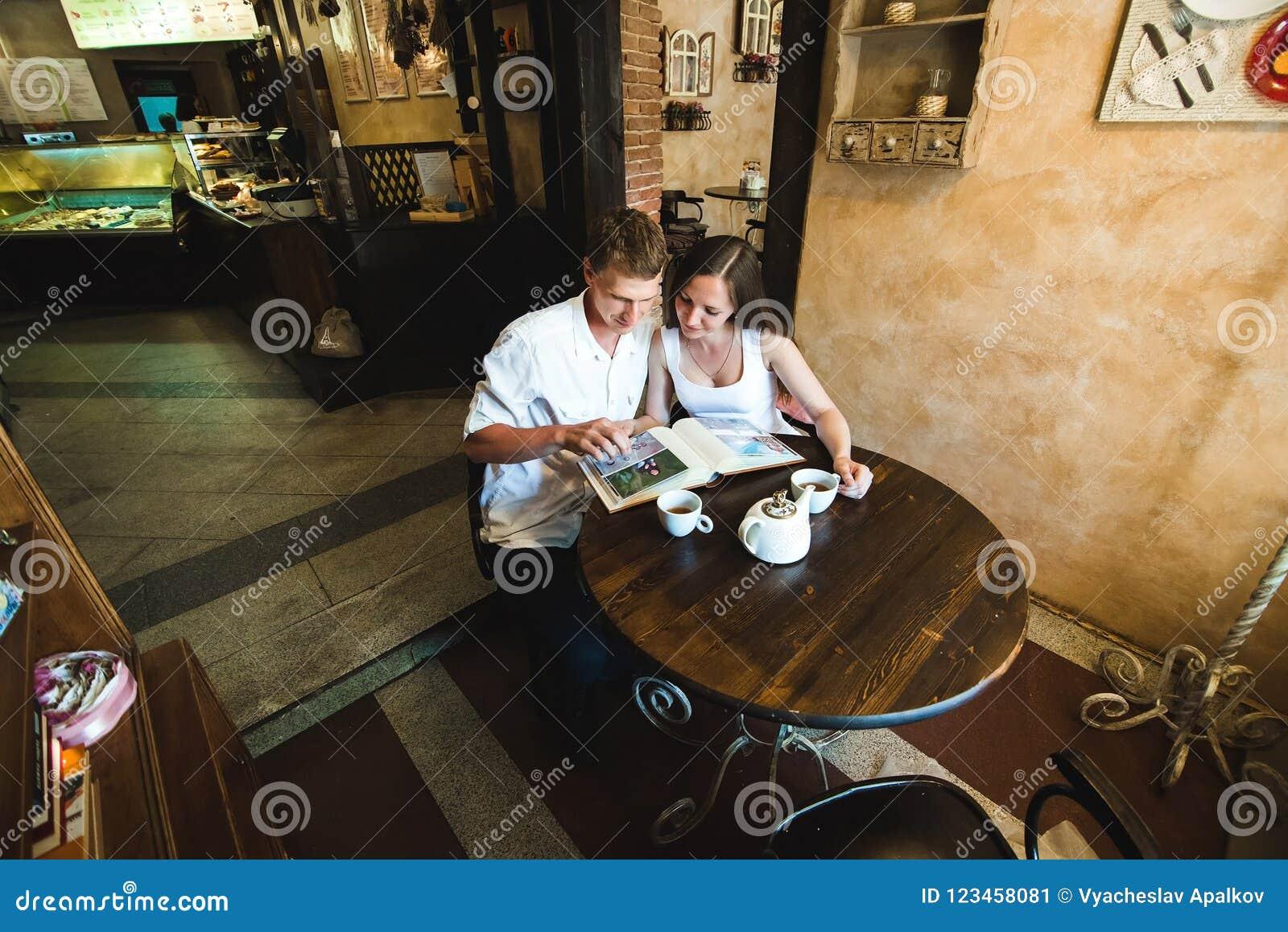 Chłopiec i jego dziewczyna w dopatrywania uroczych smokingowych obrazkach