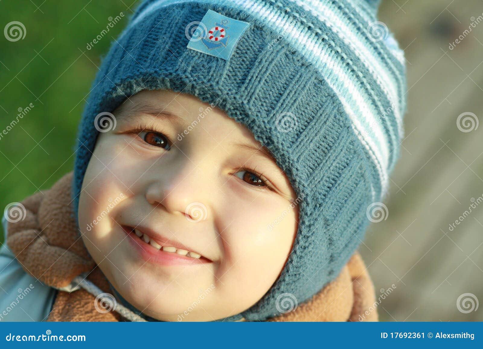 Chłopiec ja target1073_0_ szczęśliwy