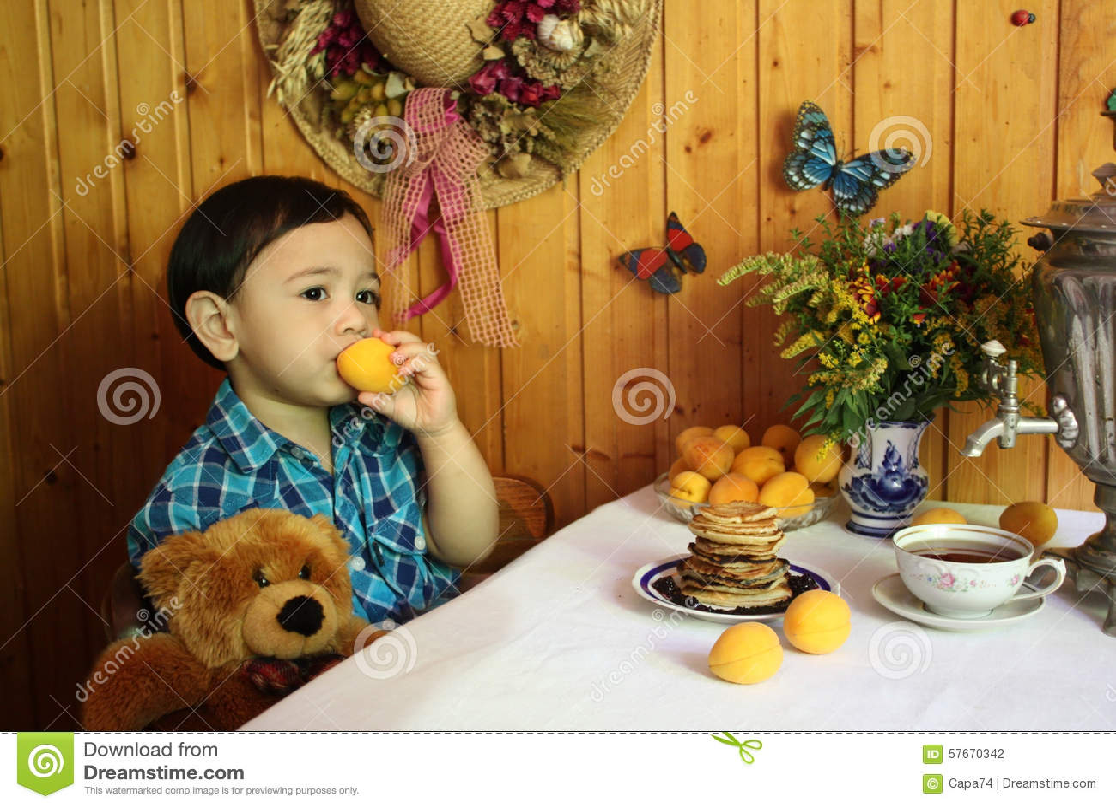 Chłopiec je moreli w kraj kuchni