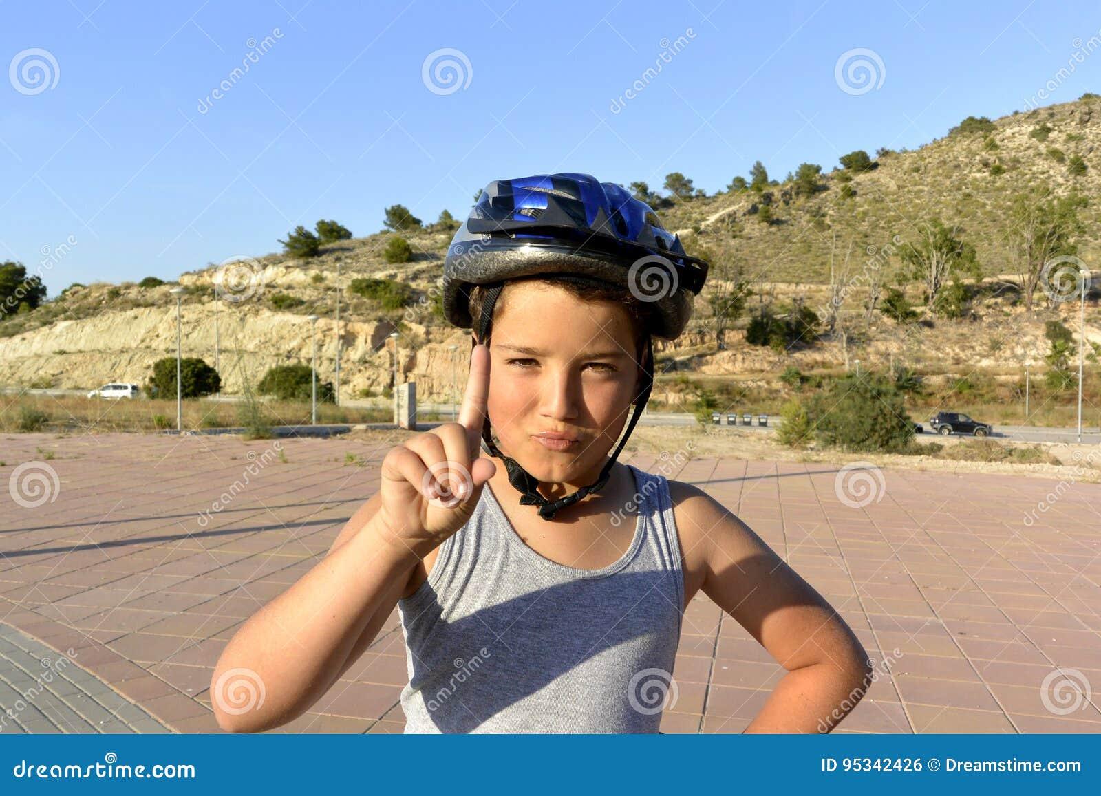 Chłopiec jedzie MonoWheel na deptaku z hełmem