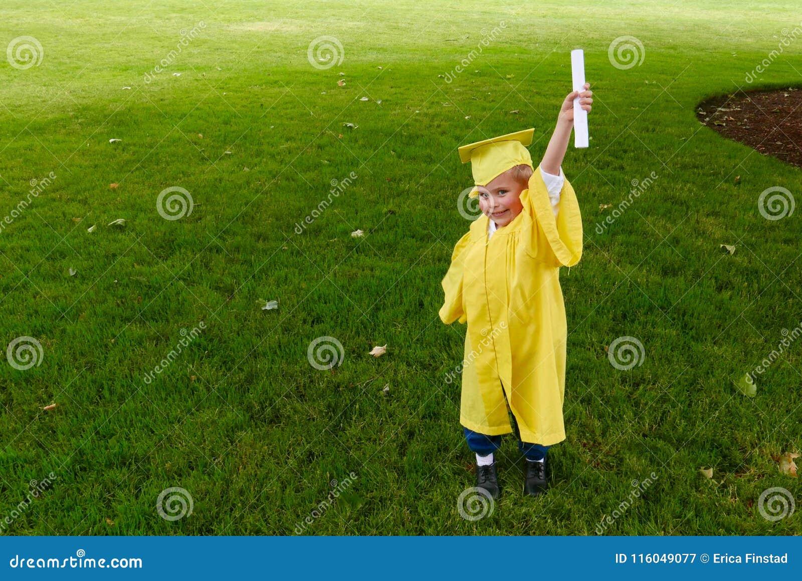 Chłopiec kończy studia od preschool