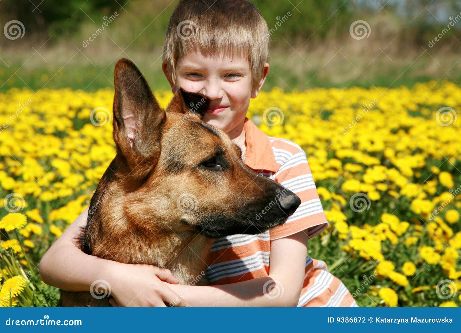 Chłopiec kolor żółty psi łąkowy