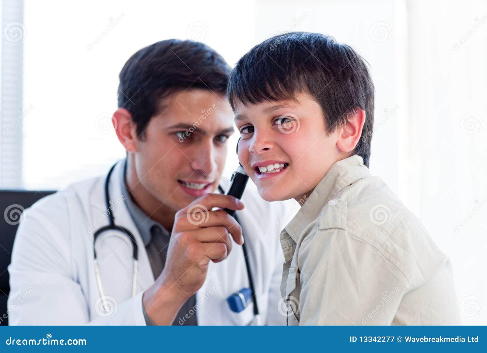 Chłopiec koncentrujący doktorscy ucho target324_0_ małego s