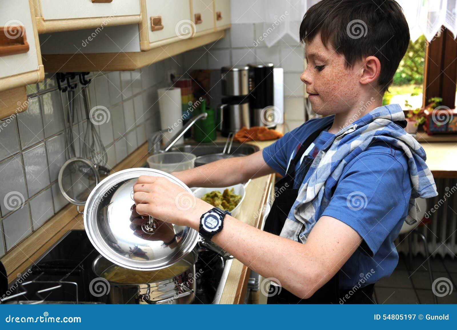 Chłopiec kulinarna ciasta pełni mąka