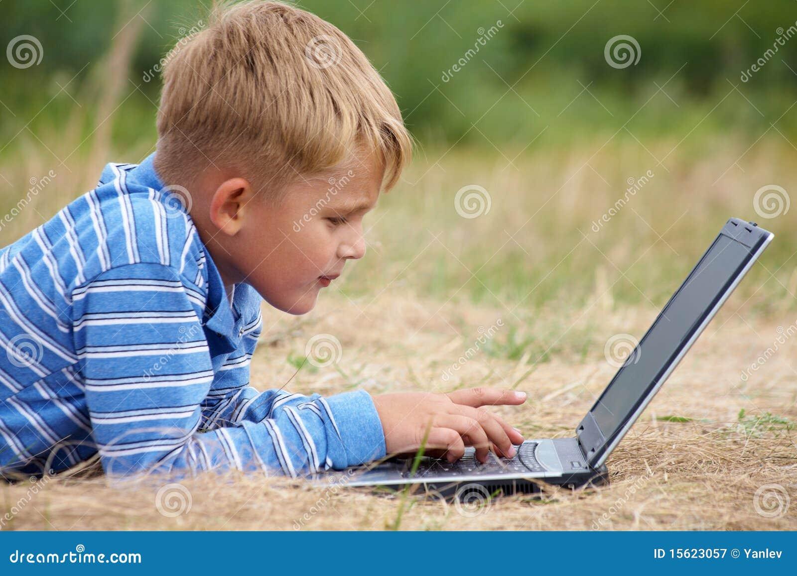 Chłopiec laptop